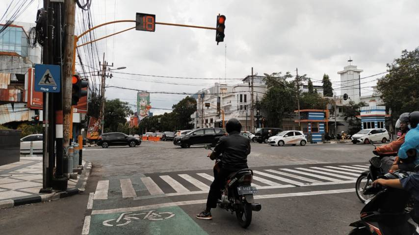 Salah satu persimpangan di Jalan Basuki Rahmat (Bank BCA), Kota Malang tanpa ada rambu belok kiri langsung. (Foto : Azmy/Tugu Malang/Tugu Jatim)