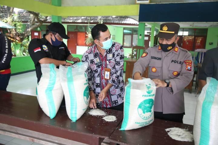Kepala Dinsos Tuban, Eko Julianto (tengah) saat tinjau pengecekan beras BPNT. (Foto: Dokumen/Pemkab Tuban)
