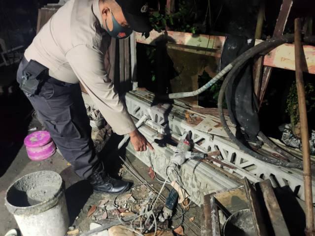 Petugas kepolisian menunjukkan saluran listrik yang diduga telah menyengat tubuh korban JA (47), warga Bojonegoro, Sabtu (3/4/2021) malam. (Foto: Dokumen/Polsek Sumberrejo)