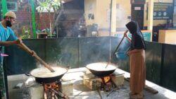 Pengurus Makam Sunan Bonang saat proses membuat bubur suro yang hanya dibuat ketika bulan Ramadan tiba. (Foto: Mochamad Abdurrochim/Tugu Jatim)