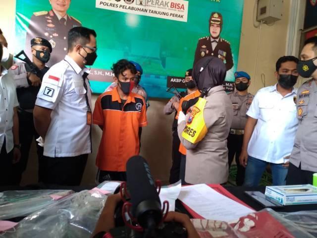 Polres Pelabuhan Tanjung Perak Surabaya saat menyelenggarakan konferensi pers terkait kasus perkelahian dua kelompok saat patroli sahur Rabu (28/04/2021).(Foto: Rangga Aji/Tugu Jatim)