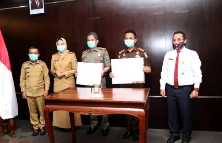 Wali Kota Batu Dewanti Rumpoko foto bersama usai tanda tangan kerja sama. (Foto: Sholeh/Tugu Jatim)
