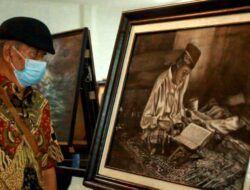 Pengunjung pameran tampak melihat karya dari anggota Komunitas Asta Citra Perupa Malang. (Foto: Rubianto/Tugu Jatim)
