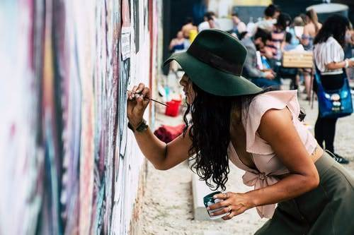 Ilustrasi perempuan sedang melukis. (Foto: Pexels/Tugu Jatim)