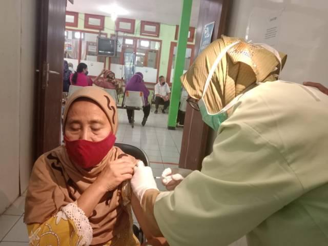 Salah satu warga Kota Batu Sri Sukamti saat menjalani vaksinasi di Puskesmas Batu. (Foto: Sholeh/Tugu Jatim)
