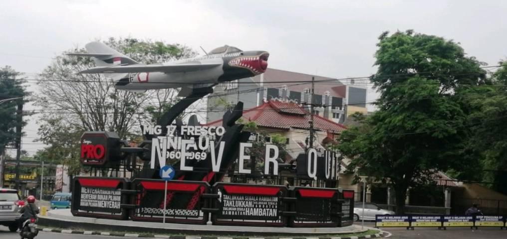 Tampilan Monumen Pesawat MIG-17 Fresco yang berkolaborasi dengan reklame iklan rokok. (Foto: Netizen @joshuanade/ Tugu Jatim)
