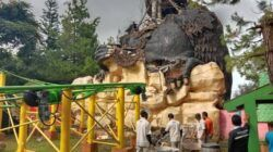 Petugas Jatim Park 2 melakukan pembersihan reruntuhan patung berbentuk gorila. (Foto: Sholeh/Tugu Jatim)