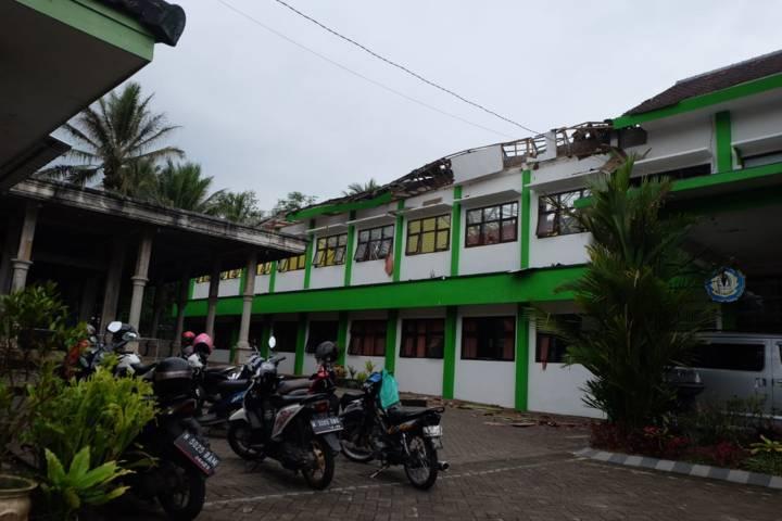 Atap bangunan sekolah tampak ambrol. (Foto: Dok/Tugu Jatim)