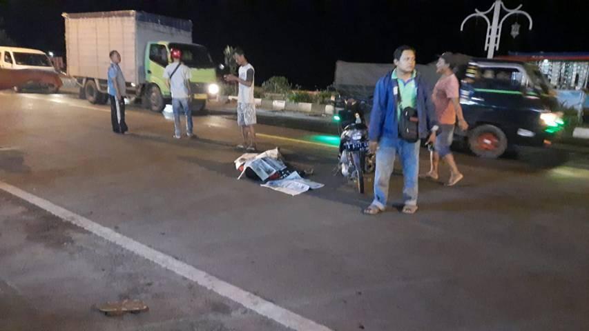 Petugas mengevakuasi korban di tempat kejadian perkara (TKP) kecelakaan maut di Tuban. (Foto: Humas Polres Tuban/Tugu Jatim)