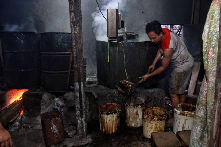 Suasana pabrik pembuat cincau di Kota Malang pada bulan Ramadhan di mana jumlah pemesan semakin meningkat. (Foto: Rubianto/Tugu Malang/Tugu Jatim)