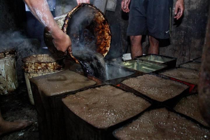 Proses pembuatan cincau di produsen cincau Mak Cao di Kota Malang. (Foto: Rubianto/Tugu Malang/Tugu Jatim)