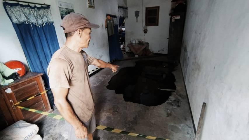 Pemilik rumah, Nur Sulianto, menunjukkan lantai ruang tamu yang ambles akibat gempa Malang. (Foto: Azmy/Tugu Jatim)