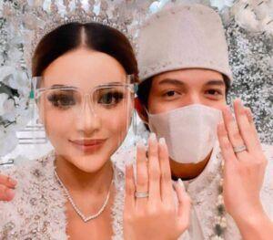 Atta dan Aurel menunjukkan cincin pernikahan karena mereka sudah sah jadi suami istri. (Foto: IG @Atta Halilintar/Tugu Jatim)