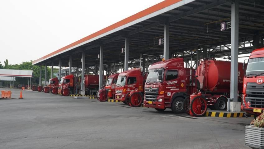 Kegiatan pendistribusian bahan bakar minyak dari TBBM Tuban ke beberapa wilayah di Jatimbalinusa. (Foto: Humas Pertamina Mor V wilayah Jatimbalinusa/Tugu Jatim)