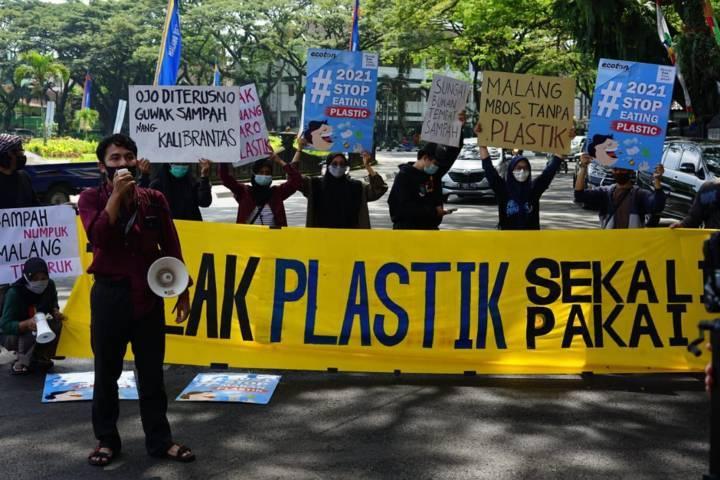 Aktivis lingkungan dari Environmental Green Society saat menggelar aksi Gerakan Puasa Plastik di depan Balai Kota Malang pada Kamis (15/04/2021). (Foto: Azmy/Tugu Jatim)