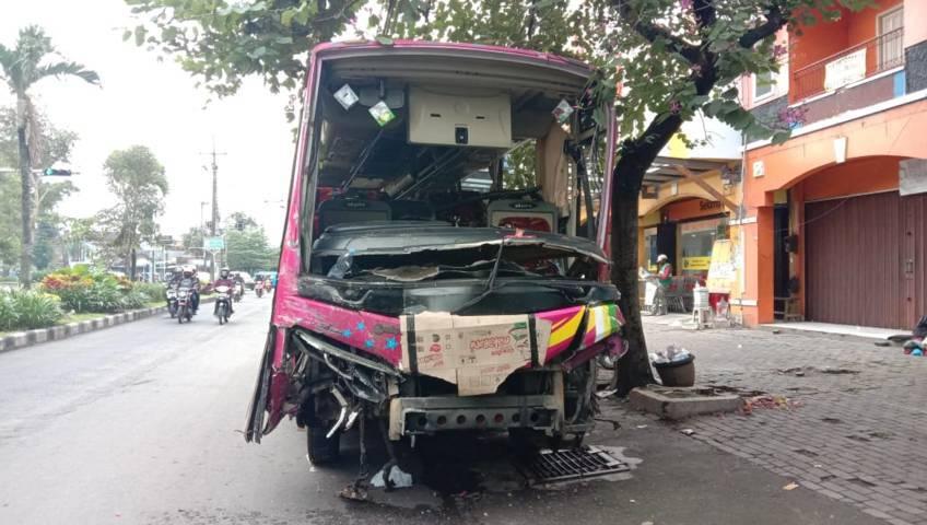 Bangkai bus setelah kecelakaan. (Foto: Istimewa/Tugu Jatim)