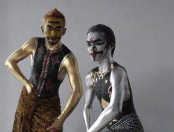 Anggota Komunitas Manusia Perak yang didandani bak tokoh pewayangan. (Foto: Rubianto/Tugu Jatim)