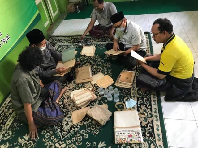 Pusat Studi Pesantren (PSP) Institut Agama Islam (IAI) Qomaruddin Gresik memiliki inisiatif untuk melakukan kegiatan pelestarian manuskrip keislaman melalui metode digitalisasi. (Foto: PSP IAI Qomaruddin Gresik)