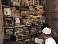 Tumpukan manuskrip keisllaman yang akan didigitalisasi oleh Pusat Studi Pesantren (PSP) Institut Agama Islam (IAI) Qomaruddin Gresik . (Foto: PSP IAI Qomaruddin Gresik)