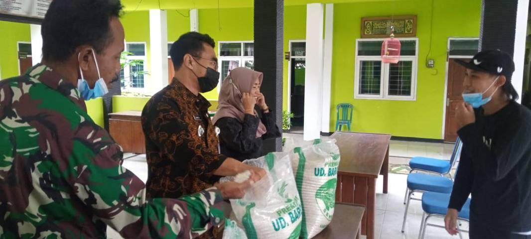 Salah satu tempat pengecekan beras BPNT di Kecamatan Montong, Kabupaten Tuban dengan melibatkan Forkopimka dan beberapa stakeholder lainnya. (Foto: Mochamad Abdurrochim/Tugu Jatim)