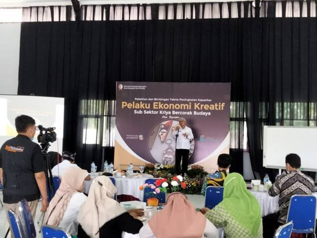 Dinas Kebudayaan Dan Pariwisata Bojonegoro menggelar pelatihan dan bimbingan teknis (bimtek) pembuatan souvenir bercorak budaya khas Bojonegoro 'Wayang Thengul' yang kedua kalinya (Foto : Mila Arinda/Tugu Jatim)