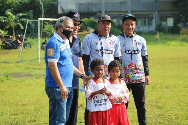 Pakar Komunikasi dan Motivator Nasional Dr Aqua Dwipayana memotivasi para siswa Sekolah Sepak Bola Indonesia Muda Purwokerto di Lapangan Veteran Sokanegara Purwokerto, Banyumas, Jawa Tengah. (Foto: Dokumen)