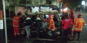 Petugas Damkar Kota Malang mengevakuasi mobil yang terbakar. (Foto: UPT Damkar Kota Malang/Tugu Jatim)