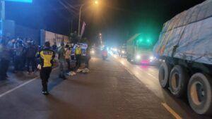Suasana jalan raya di Tuban setelah petugas mengevakuasi korban tabrak lari. (Foto: Humas Polres Tuban/Tugu Jatim)