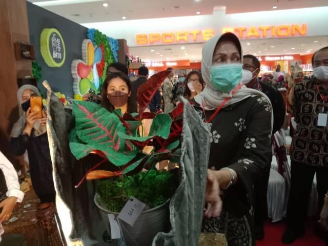 Wali Kota Batu Dewanti Rumpoko mengunjungi pameran hasil olahan limbah di Lippo Plaza Kota Batu. (Foto: Sholeh/Tugu Jatim)