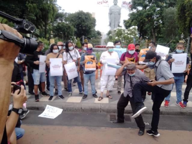 Aliansi Anti Kekerasan Terhadap Jurnalis menggelar aksi di depan Gedung Negara Grahadi Surabaya terkait kasus represi yang dialami Nurhadi Tempo.(Foto: Rangga Aji/Tugu Jatim)