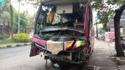 Peristiwa kecelakaan melibatkan 2 kendaraan besar hingga ringsek di Jalan Ki Ageng Gribig, Kota Malang, Sabtu (10/4/2021). (Foto: Istimewa/Tugu Jatim)