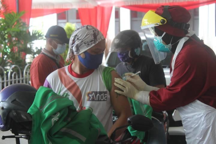 Vaksinasi dilakukan secara drive thru untuk memudahkan driver ojol di Kota Kediri. (Foto: Noe/Tugu Jatim)