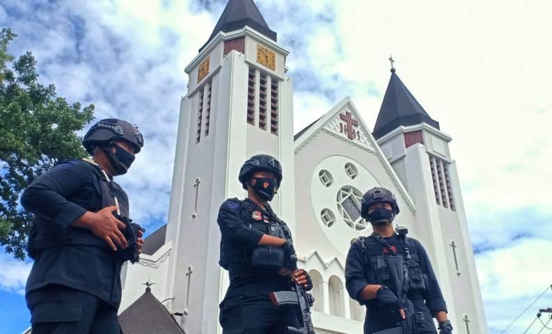 Suasana pengamanan di depan Gereja Katedral Ijen, Kota Malang saat peringatan Jumat Agung, Jumat (2/4/2021). (Foto: Rubianto/Tugu Malang/Tugu Jatim)