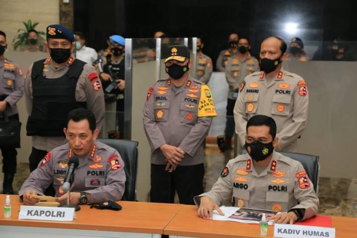 Kapolri Jenderal Listyo Sigit dan jajarannya mengadakan konferensi pers pasca tragedi teror perempuan asing yang nekat memasuki Mabes Polri, Rabu malam (31/03/2021). (Foto: Polda Jatim/Tugu Jatim)