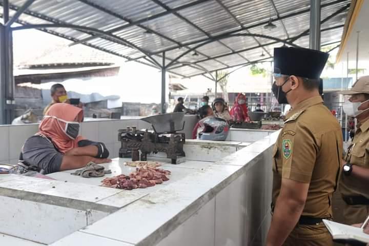 Bupati Trenggalek Mochamad Nur Arifin sedang memantau harga bahan pokok di pasar tradisional. (Foto: Zamz/Tugu Jatim)