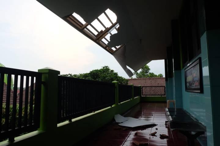 Kondisi sekolah di depan ruang kelas. (Foto: Rap/Tugu Jatim)