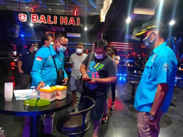 Petugas melakukan tes urine kepada pengunjung dan pemandu lagu hiburan malam di Tuban. (Foto: Humas BNNK Tuban/Tugu Jatim)