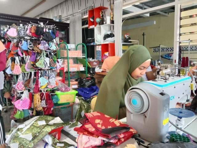 Proses produksi usaha masker milik Edi Febri. (Foto: Sholeh/Tugu Jatim)