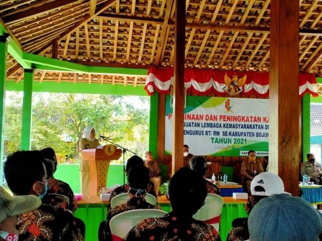 Pembinaan pengurus RT-RW di Kecamatan Ngraho, Kabupaten Bojonegoro, Senin (12/04/2021) oleh Bupati Bojonegoro Anna Muawanah. (Foto: Kominfo Bojonegoro/Tugu Jatim)
