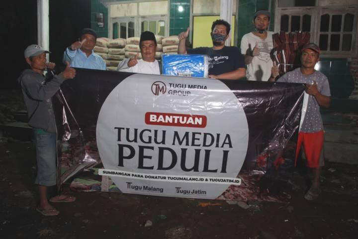 CEO Tugu Media Group Irham Thoriq dan tim Tugu Media Peduli memberikan bantuan langsung kepada Kepala Desa (Kades) Wirotaman Ahmad Sholeh. (Foto: Rubianto/Tugu Jatim)