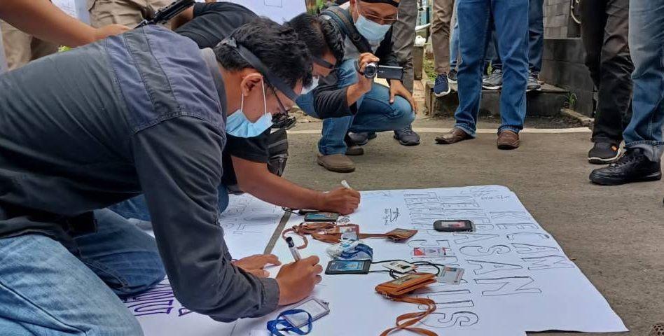Sejumlah awak media di Kabupaten Tuban membubuhkan tanda tangan di atas kertas putih sebagai wujud dukungan kepada jurnalis majalah Tempo, Nurhadi yang dianiaya saat menjalankan proses kerja jurnalistiknya. (Foto: Mochamad Abdurrochim/Tugu Jatim)