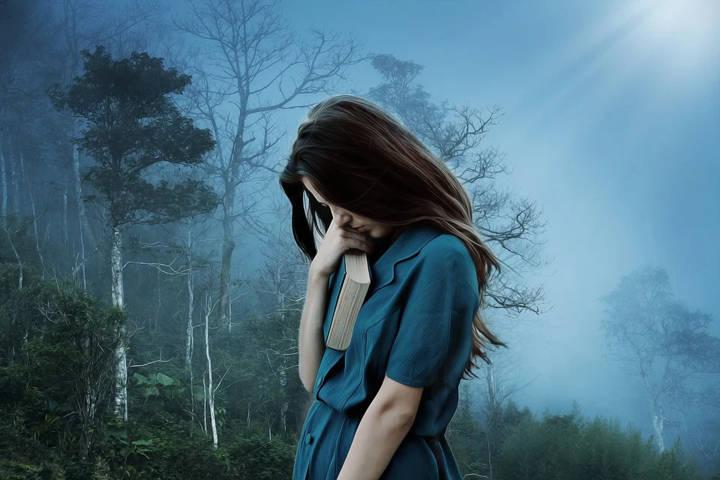 Ilustrasi perempuan yang tengah homesick lantaran tak bisa mudik Lebaran. (Foto: Pixabay)