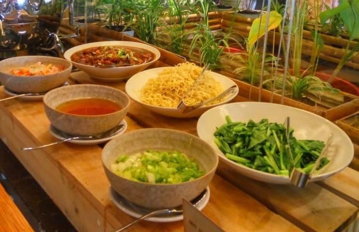 Hidangan yang disajikan untuk menu berbuka puasa Grand Kitchen Royal Tulip Darmo Surabaya. (Foto: Rangga Aji/Tugu Jatim)