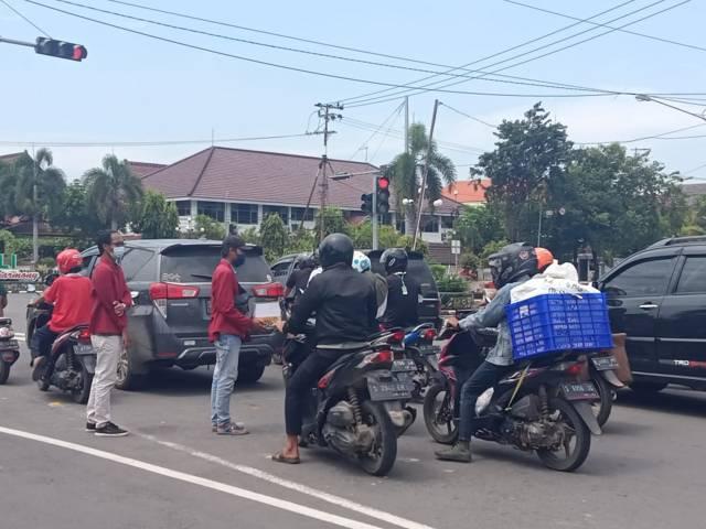 Saat IMM Tuban melakukan aksi galang dana di perempatan Patung Letda Sucipto, Tuban. (Foto: Mochamad Abdurrochim/Tugu Jatim)