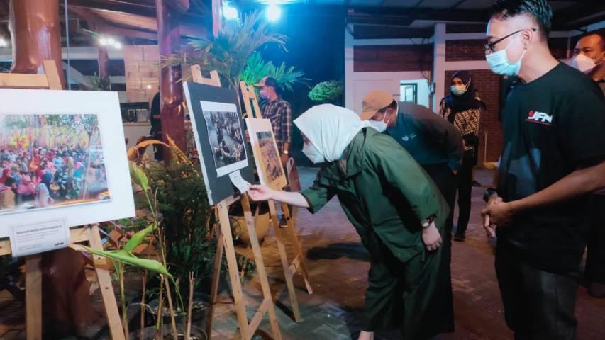Bupati Bojonegoro, Anna Muawanah saat menghadiri penutupan pameran foto jurnalistik di Garasi Coffe Jl.Mangga, Kecamatan Mulyoagung, Kecamatan/Kabupaten Bojonegoro. (Foto : Istimewa)