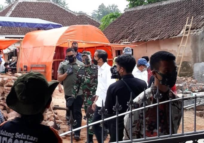 Presiden Jokowi ketika melakukan kunjunga kerja untuk meninjau lokasi bencana gempa bumi di Kecamatan Dampit, Kabupaten Malang, Kamis (29/4/2021) siang. (Foto: Rizal Adhi Pratama/Tugu Malang/Tugu Jatim)