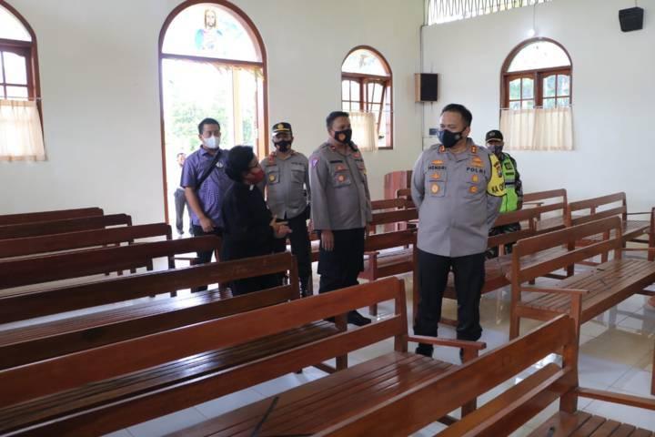 Kapolres Malang, AKBP Hendri Umar saat meninjau beberapa gereja di Kabupaten Malang. (Foto: RAP/Tugu Malang/Tugu Jatim)