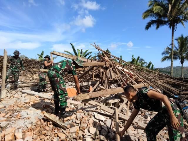 Anggota TNI saat diterjunkan untuk membereskan puing-puing sisa Gempa Malang, Sabtu (10/4/2021) lalu. (Foto: Rizal Adhi Pratama/Tugu Malang/Tugu Jatim)