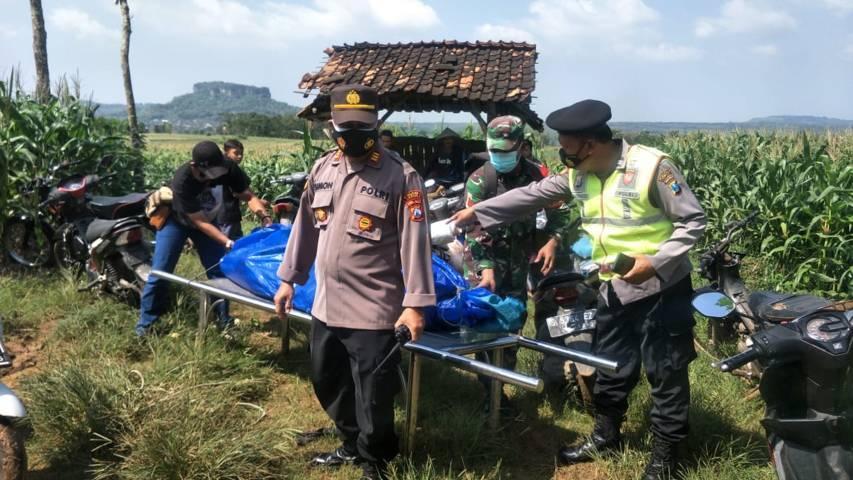 Proses evakuasi, Sarijo (61) korban yang diduga terjatuh ke dalam jurang bekas tambang kapur di Desa Leran Kulon, Kecamatan Palang, Kabupaten Tuban. (Foto: Polsek Palang)