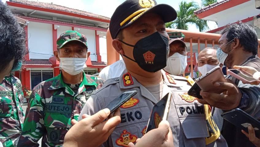 Kapolres Kediri Kota, AKBP Eko Prasetyo memberikan keterangan terkait isi tas misterius yang ditemukan di depan kantor DPRD Kota Kediri yang awalnya diduga bom. (Foto: Rino Hayyu Setyo/Tugu Jatim)
